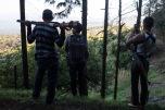 Miembros de las autodefensas de Los Reyes descansan durante la búsqueda de un laboratorio de metanfetaminas en el pico de Tancítaro. Michoacán. 2/1/2014
