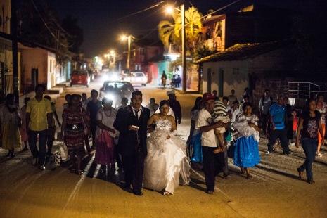 Una boda se abre camino por las calles de Ayutla. Después de que se levantaran en armas los pobladores, los criminales dejaron de pedir cuota para realizar fiestas. Ayutla de los Libres, Guerrero. 1/26/2013