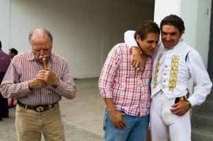 El rejoneador Rodrigo Santos comparte un momento con su familia antes de una corrida en el Domo, con toros de la ganadería Guanamé. San Luis Potosí. 8/19/2012