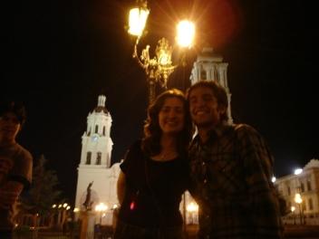 Unos buenos amigos. Atrás, la catedral-pastel de Saltillo.